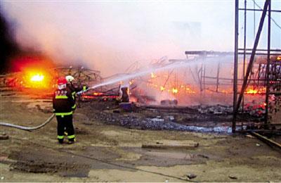 事发后,消防员赶到现场救火