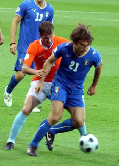 图文:08欧洲杯荷兰VS意大利 范德法特对抗皮尔洛