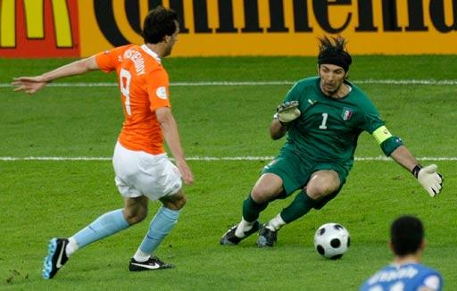 图文:荷兰VS意大利 布冯拦截范尼