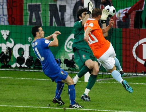 图文:荷兰VS意大利 斯内德怒射瞬间