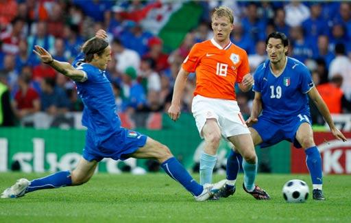 图文:荷兰3-0意大利 安布罗西尼铲抢