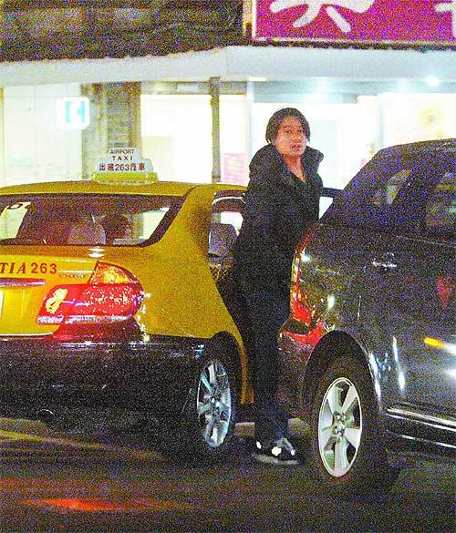 他从机场直奔大直林熙蕾家,发现跟拍,又折回台北下车