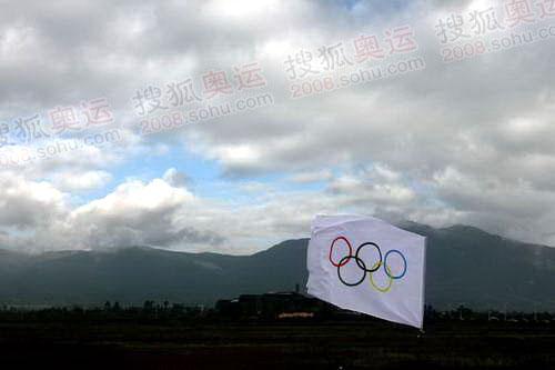 五环旗在玉龙雪山下飘扬