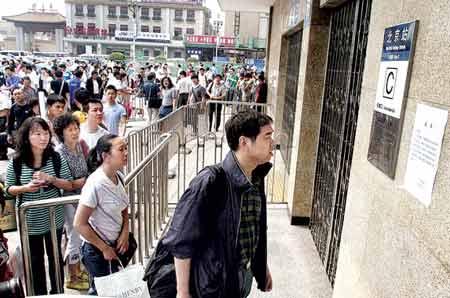今天地铁北京站封站,很多乘客都不知道封站的消息,到了进站口看着关着的栅栏门都很纳闷。