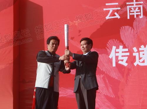 图文:丽江站起跑仪式 云南省长秦光荣把火炬传给丽江市委书记和自兴