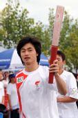 图文:奥运圣火在云南丽江传递 王晓福传递