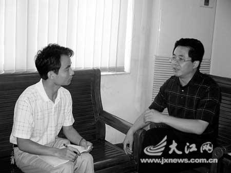 宣判后,鹰潭中院院长凌云(右一)接受《新法制报》记者专访