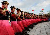 图文:奥运圣火在云南丽江传递 当地群众加油