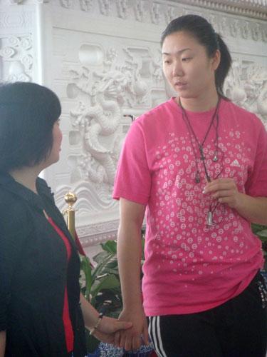 图文:中国女排瑞士赛归来 张娜与记者进行交流