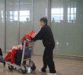 图文:中国女排瑞士赛归来 自由人张娴步出机场