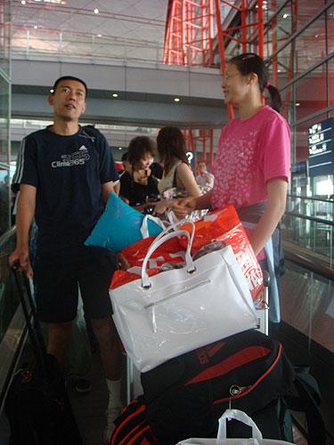 图文:中国女排瑞士赛归来 赵蕊蕊笑脸可见