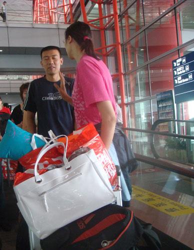 图文:中国女排瑞士赛归来 赵蕊蕊忙与教练交流