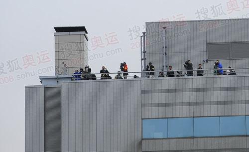 在东京羽田机场飞机下和楼顶上恭候我们的日本媒体