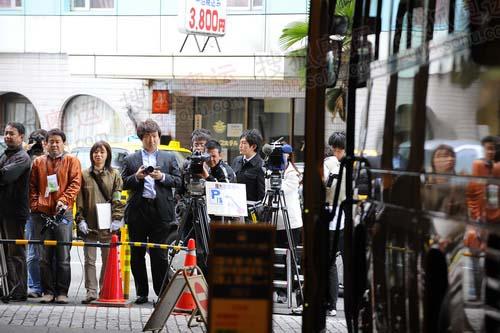 守候在酒店门口的日本媒体