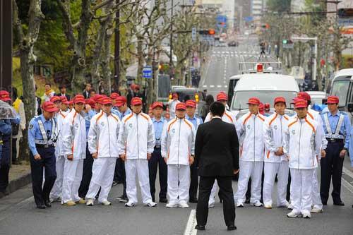组成人盾的日本护跑警察