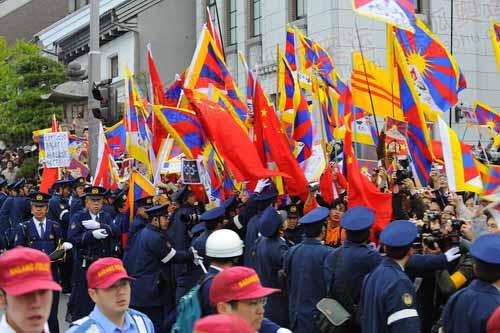 中国留学生和华人与牛鬼蛇神进行坚决斗争,用五星红旗遮挡牛鬼蛇神的旗帜