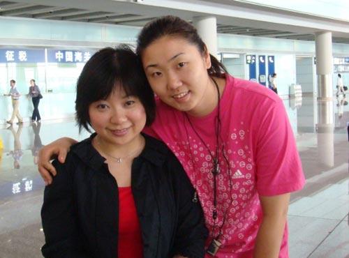 图文:中国女排瑞士赛归来 与张娜合影
