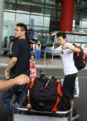 图文:中国女排瑞士赛归来 冯坤走出机场