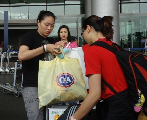 图文:中国女排瑞士赛归来 大包小包礼物挺多