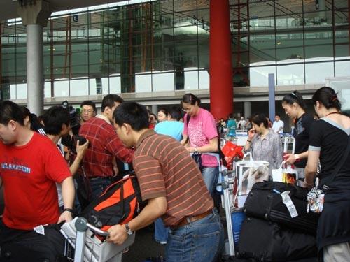 图文:中国女排瑞士赛归来 机场媒体迎接女排