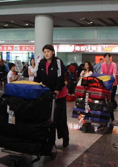 图文:中国女排瑞士赛归来 王一梅归来