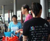 图文:中国女排瑞士赛归来 蕊蕊刘亚男谈笑风生
