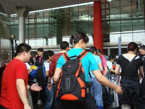 图文:中国女排瑞士赛归来 队员归来背影