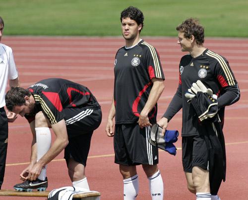 图文:欧洲杯德国队积极备战 巴拉克在训练