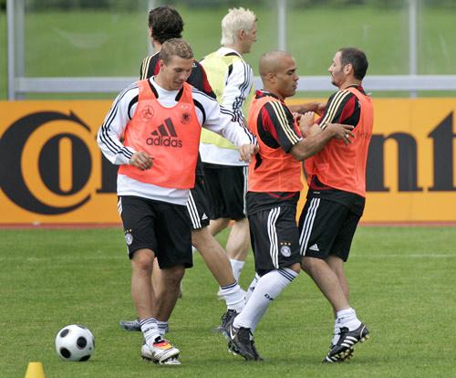 图文:欧洲杯德国队积极备战 波多尔斯基