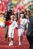组图:圣火在丽江传递 两名儿童共同传递首棒