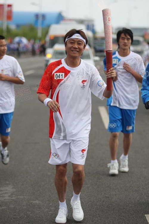 前中国男足运动员高峰传递圣火