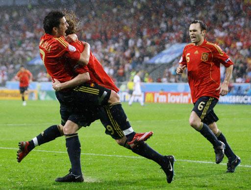 图文:西班牙VS俄罗斯 比利亚拥抱托雷斯