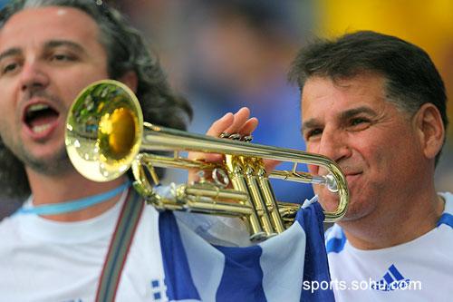 图文:希腊VS瑞典 球迷用小号吹响希腊国歌