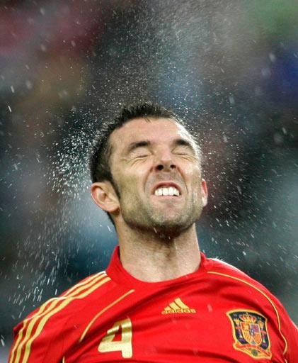 图文:西班牙4-1俄罗斯 马切纳争顶