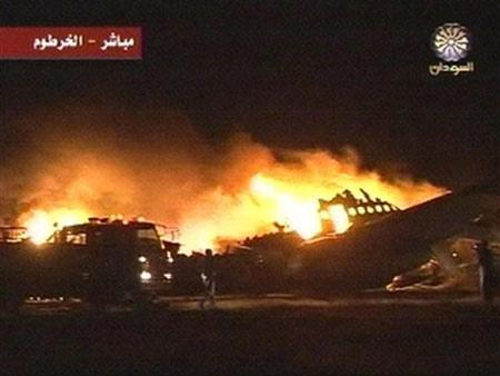 6月10日晚,一架苏丹航空公司的客机在喀土穆国际机场偏离跑道后起火,图为事发现场的电视截屏(国际在线配图)