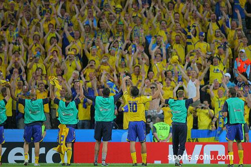 图文:希腊VS瑞典  球员感染球迷