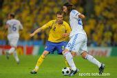 图文:希腊VS瑞典  阿马纳蒂迪斯带球