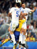 图文:[欧洲杯]瑞典战胜希腊队 永贝里跃起争顶