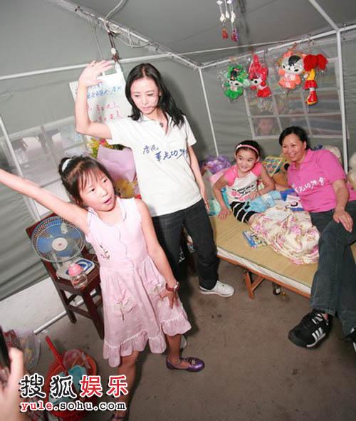 翁虹与小朋友为唐沁跳舞