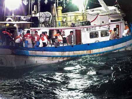 图为联合号钓客沉船前聚集在甲板上。(图片来源:中时电子报)