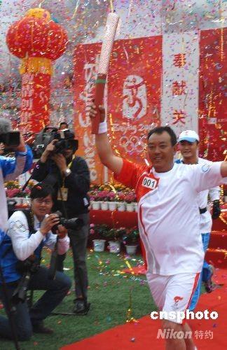 6月11日,奥运圣火在云南香格里拉开始传递,当地藏族火炬手马八金传递首棒火炬,这是奥运圣火首次在中国藏区传递。 中新社发 石雨 摄