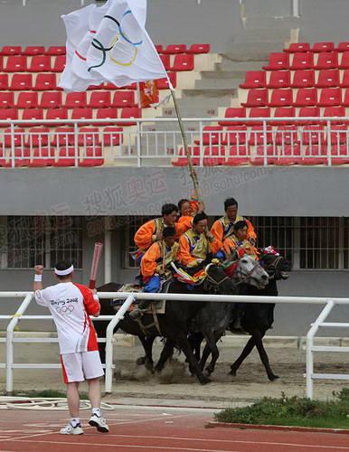 香格里拉民众表演骑马