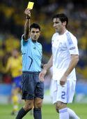 图文:[欧洲杯]瑞典战胜希腊队 裁判出示黄牌