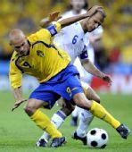 图文:[欧洲杯]瑞典战胜希腊队 永贝里拼抢