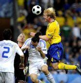 图文:[欧洲杯]瑞典战胜希腊队 汉森头球攻门