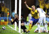图文:[欧洲杯]瑞典战胜希腊队 汉森攻入一球