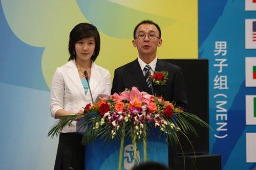 图文:北京奥运会排球分组抽签 主持人介绍来宾