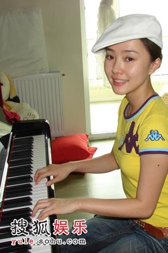 刘园园为《觉醒》练习弹琴