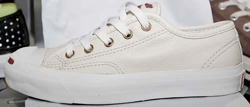 "Converse Jack Purcell日本版帆布球鞋  港币499 元 作为Converse经典款式之一,Jack Purcell因为鞋头的曲线设计又得名""开口笑"",这只米黄色的""开口笑""属于日本版型,倍受拥趸推崇。"