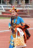 图文:香格里拉站传递 起跑仪式女主持人